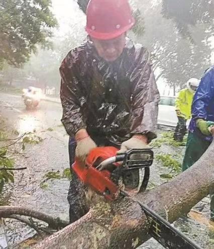 没有什么可以阻挡深圳人上班的热情,龙舟水也不例外